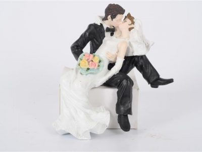 bruidspaar 4 zittend kussend