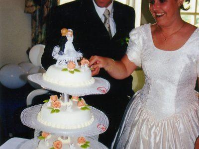 bruidspaar met taart