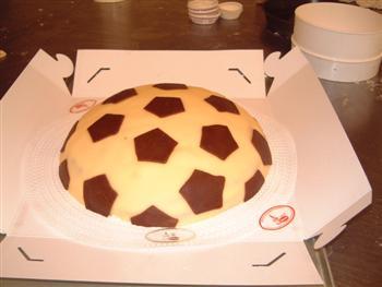 marsepein taart in de vorm van een voetbal